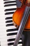 Klaviertastatur und alte Violine Stockfotos