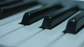 Klaviertastaturhintergrund mit selektivem Fokus Warme Farbe tonte Bild stock video