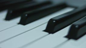 Klaviertastaturhintergrund mit selektivem Fokus Warme Farbe tonte Bild stock video footage