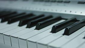Klaviertastaturhintergrund mit selektivem Fokus Warme Farbe tonte Bild stock footage