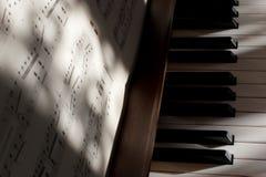 Klaviertasten und -anmerkungen stockfoto