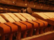 Klavierzeichenketten und -hammer Makro Stockfotos