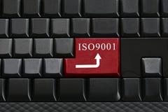 Klawiatura czarna klawiatura i tekst ISO9001 dalej wchodzić do guzika Zdjęcia Stock