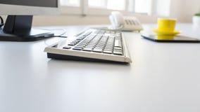 Klawiatura i komputer stacjonarny na białym biuro stole obrazy royalty free