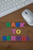Klawiatura, mysz i blokowy list z z powrotem pracować tekst na drewnianym tle, Zdjęcie Royalty Free