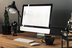 Klawiatura, mysz i komputer stacjonarny na drewnianym biurku z lampą wewnątrz, obrazy stock