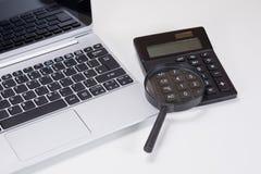Klawiatura, powiększający - szkła i kalkulatora pojęcie zdjęcie stock