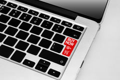 Klawiatura z czerwonym zakupu zakupy tematu teraz online guzikiem obraz royalty free
