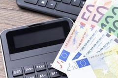 Klawiaturowy kalkulator i banknoty zdjęcie royalty free