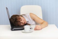 klawiaturowy laptop śpi kobiety miejsca pracy potomstwa Zdjęcie Stock
