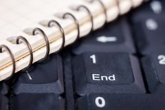 Klawiaturowy laptop z kluczową końcówką, lewy notatnika lies_ Obrazy Royalty Free