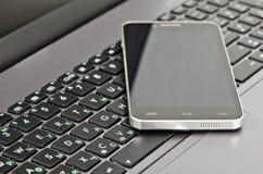 Klawiatury i smartphone zakończenie Obraz Stock