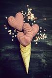 Klaxon de crème glacée avec des amoureux sur un tableau Amour, Valentine Images libres de droits