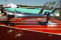Klaxons de trompette avec Refletion sur le rétro détail en bois de bateau de vitesse au salon nautique de marina photographie stock
