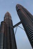 KLCC - Torres gemelas de Petronas en la oscuridad fotos de archivo libres de regalías