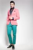 Klädde den manliga modellen för attraktivt mode elegant - tillfälligt posera mot väggen Royaltyfri Foto