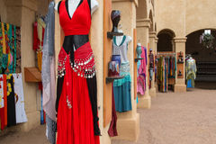Kläder för renässans för kvinna` s klär boutique Arkivbild