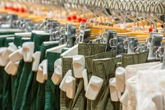 Kläder i lagret med EAS-anti--stöld etiketter Arkivfoton