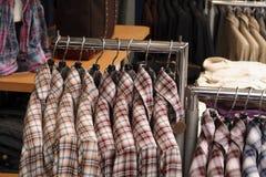 kläder shoppar Arkivfoton