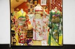 Kläder shoppar försäljningen Yukata och kimonokläder av den japanska traditien Royaltyfri Foto