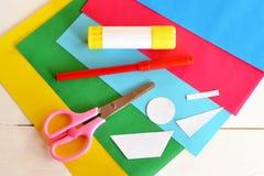 Kleben Sie Stock, farbige Blätter, Scheren, rote Markierung, Papiermuster stockfotografie