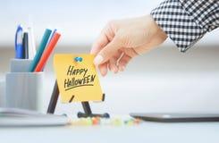 Klebende Anmerkung mit glücklichem Halloween-Text Stockfoto