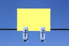 Klebrige Anmerkung über einen Hintergrund des blauen Himmels lizenzfreies stockfoto