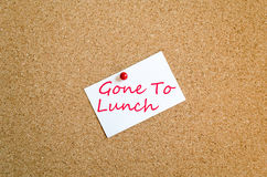 Klebrige Anmerkung gegangen, um zu Mittag zu essen Konzept Stockfotos