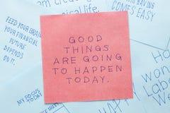 Klebrige Anmerkung mit guten Sachen werden heute geschehen stockbild