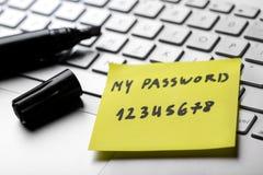Klebrige Anmerkung mit schwachem einfachem Passwort auf Laptoptastatur stockfotografie