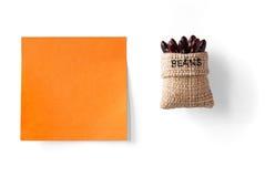 Klebrige Anmerkung und Bohnen in einem Paket Stockfotos