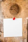 Klebrige Anmerkungsanzeige des Weißbuches mit rotem Stoß Pin auf hölzernem altem Lizenzfreie Stockfotos