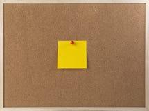 Klebrige gelbe Anmerkung über Holzrahmenkorkenbrett Stockbilder