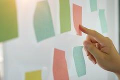 Klebriger Briefpapieranzeigenzeitplan auf Fenster lizenzfreie stockfotografie