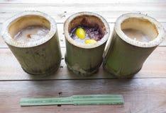 Klebriger Reis briet in den Bambusverbindungen Stockbilder