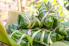 Klebriger Reis dämpfte im Bananenblatt stockfotos