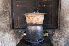 Klebriger Reis, der in der schmutzigen alten Küche gekocht wird Stockfoto