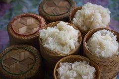 Klebriger Reis in der thailändischen Art des Bambuskastens Lizenzfreie Stockbilder