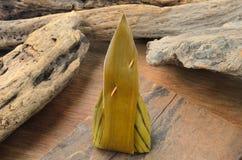 Klebriger Reis des thailändischen Nachtischs eingewickelt im Bananenblatt auf hölzernem Hintergrund Lizenzfreies Stockfoto
