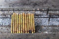 Klebriger Reis gebraten im Bambus Stockfoto