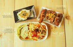 Klebriger Reis mit gebratenem Huhn und thailändischem Lebensmittel des Papayasalats Lizenzfreie Stockfotos