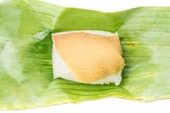 Klebriger Reis mit gedämpftem Vanillepudding auf Bananenblatt, traditionelles tha Stockfotos