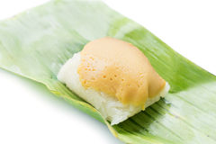 Klebriger Reis mit gedämpftem Vanillepudding auf Bananenblatt, traditionelles tha Stockfoto