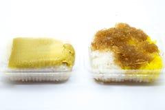 Klebriger Reis mit gedämpftem Vanillepudding in den Bananenblättern lokalisiert auf weißem Hintergrund Stockfoto