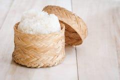 Klebriger Reis, thailändischer klebriger Reis in einem hölzernen im altem Stil Bambuskasten lizenzfreie stockbilder