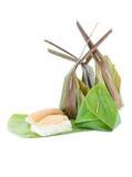 Klebriger Reis Thailands dämpfte den Vanillepudding, der in den Bananenblättern eingewickelt wurde stockbild