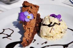 Klebriger Schokoladenkuchen mit Lavendeleiscreme Stockfotos