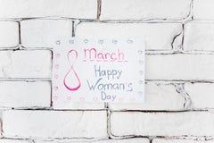 Klebriges Anmerkungssagen glücklich am 8. März auf der Wand lizenzfreie stockbilder