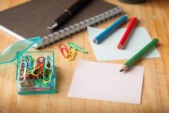 Klebriges Papier und Farbbleistift Lizenzfreie Stockfotografie
