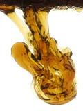 Klecks des Schmieröls fallend in Wasser Lizenzfreies Stockbild